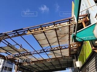 直しがいのある穴の空いた屋根の写真・画像素材[4009765]