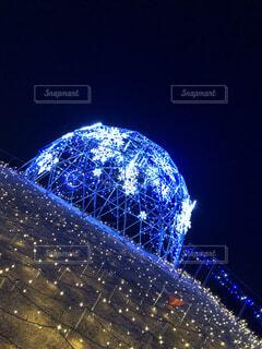 夜にキラキラ光る雪の結晶の写真・画像素材[3958478]