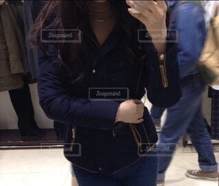 ダウンを着た女性の写真・画像素材[3968239]