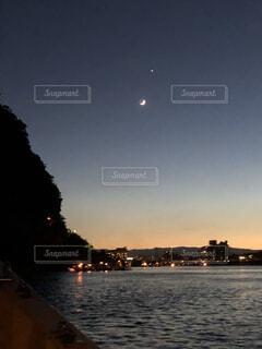 三日月と星と川面の夜景の写真・画像素材[3962067]
