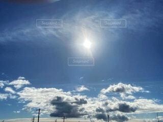 青い空と太陽と雲の写真・画像素材[3984591]