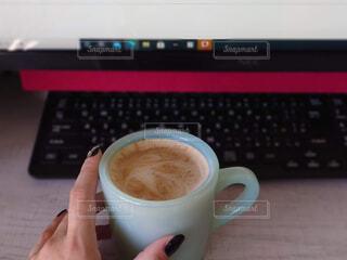 カフェ,コーヒー,屋内,リラックス,マグカップ,カップ,カプチーノ,エスプレッソ,紅茶,カフェオレ,おうちカフェ,ドリンク,ラテ,フラットホワイト,キーボード,おうち,コーヒー牛乳,ライフスタイル,カフェイン,飲料,ホワイトコーヒー,インスタントコーヒー,マキアート,コーヒー カップ,おうち時間,受け皿,コーヒー飲料