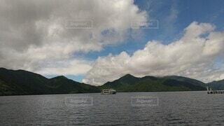 自然,空,屋外,湖,雲,ボート,水,船,水面,山,旅行,中禅寺湖,遊覧船,くもり,水上バイク