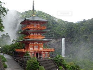霧の熊野那智大社と那智の滝の写真・画像素材[4459972]