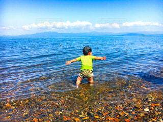水遊びする息子2歳の写真・画像素材[4842520]
