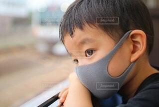 外を眺めてる少年の写真・画像素材[4011286]