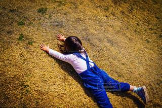 芝生で遊ぶ子供の写真・画像素材[4310596]