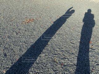 歩道に立つ人の影の写真・画像素材[3983696]