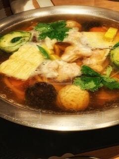 ステンレス鍋で煮える鍋料理の写真・画像素材[3984910]
