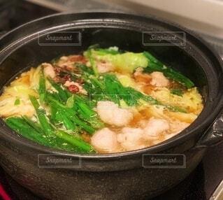 黒い土鍋で煮えるモツ鍋料理の写真・画像素材[3991914]
