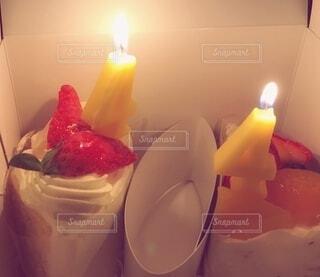 火のついたロウソクのケーキの写真・画像素材[3992159]