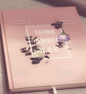 ピンク色の薔薇が描かれたダイアリーの写真・画像素材[3996973]
