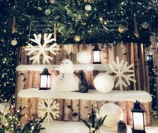 雪だるまが置かれたクリスマスの飾りの写真・画像素材[3999524]