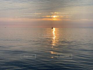 朝日に照らされる海と漁船の写真・画像素材[4030626]
