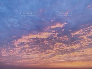日の出の空と水平線の写真・画像素材[4032847]