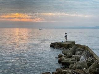 男性,自然,風景,海,空,屋外,朝日,岩場,水面,海岸,釣り人,正月,釣り,お正月,日の出,新年,初日の出,印象派
