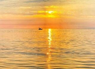 海,空,朝日,波,船,水面,水平線,光,正月,お正月,日の出,新年,初日の出,金色,ゴールド,印象派