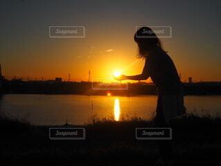 風景,空,屋外,太陽,朝日,川,水面,女,シルエット,オレンジ,光,人,正月,お正月,日の出,新年,初日の出