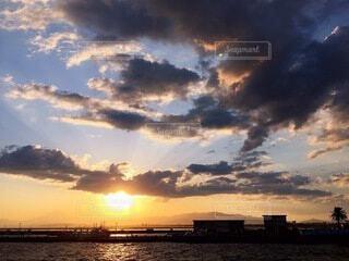 夕日と雲の写真・画像素材[4962676]