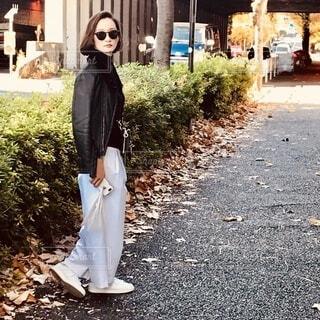 歩道を歩く女性の写真・画像素材[3991886]