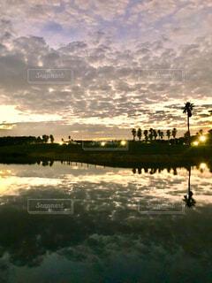 景色が水面に映るある日の夕暮れの写真・画像素材[4015246]