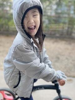 庭でキックバイクをする女の子の写真・画像素材[4020463]