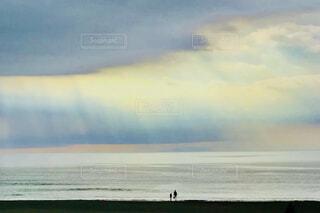 黒雲から現れた光のカーテンの写真・画像素材[4034449]