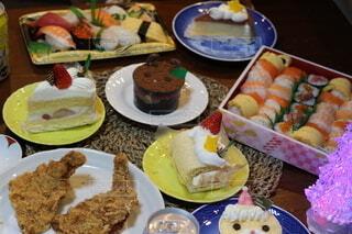テーブルの上の皿のたくさんの食べ物の写真・画像素材[4175485]