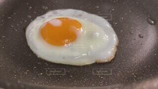 食べ物,目玉焼き,卵,ゆで卵,半熟卵,焼く,半熟,黄身,卵黄,フライパン,とろり,卵白