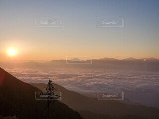自然,風景,空,屋外,太陽,朝日,雲,山,丘,正月,お正月,日の出,新年,初日の出,斜面,山腹