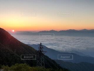 自然,風景,空,朝日,雲,山,丘,正月,お正月,日の出,新年,初日の出,厳か,山腹
