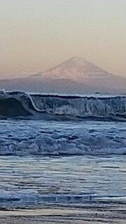 大波と富士山の写真・画像素材[3995028]