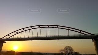 自然,空,夕日,橋,木,太陽,川,葉,樹木,黄昏,たそがれ,ゆうやけ,はし,2色,黄昏時,原