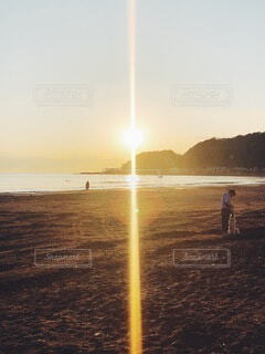 ホッとする海辺に浮かぶ美しい夕焼けの写真・画像素材[3998018]