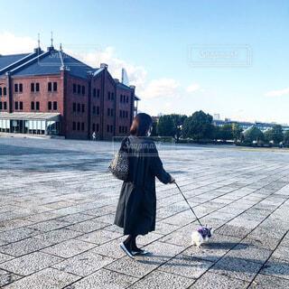 赤レンガを愛犬とお散歩の写真・画像素材[4095168]