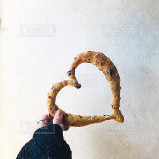 ハートのパンを頂きますの写真・画像素材[4106063]