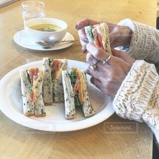 サンドイッチとコーンスープでお昼ご飯の写真・画像素材[4116210]
