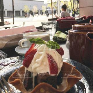 テラス席でアイスクリームのデザートをの写真・画像素材[4119354]