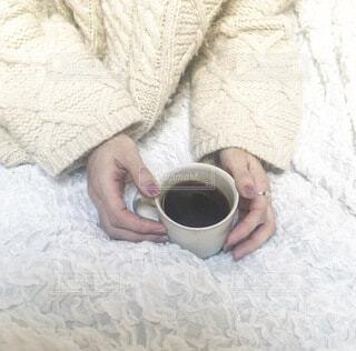 モコモコニットでコーヒータイムの写真・画像素材[4122012]