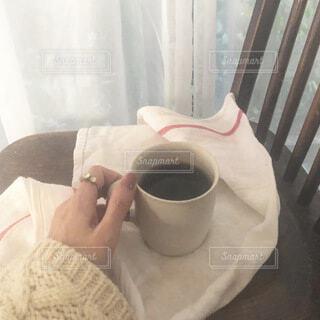 もこもこニットを着てコーヒーの時間の写真・画像素材[4122393]