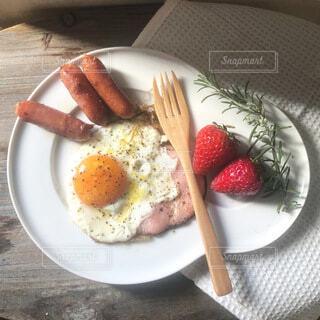半熟卵のハムエッグの写真・画像素材[4139875]