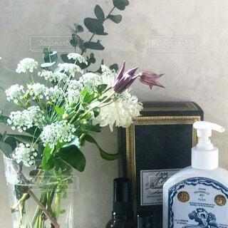 白いお花のミニブーケの写真・画像素材[4170733]