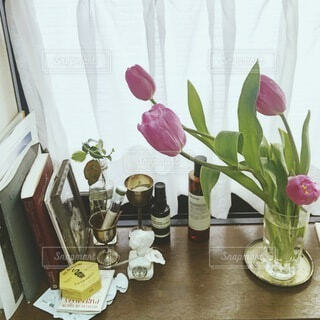 窓辺にチューリップの写真・画像素材[4182545]