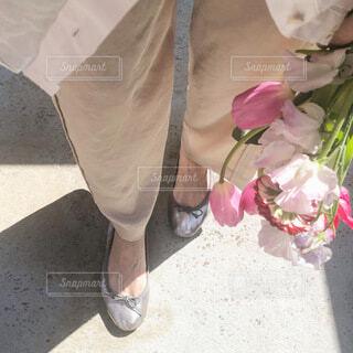 女性,ファッション,花,春,花束,フラワー,バレエシューズ,ライフスタイル,ライフ,履物,パンツスタイル,春ファッション,フィート,シンプルファッション