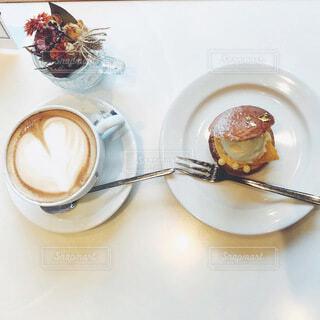 ハートのカフェラテとシュークリームの写真・画像素材[4187842]