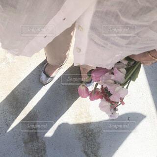 花束と春のファッションの写真・画像素材[4191079]