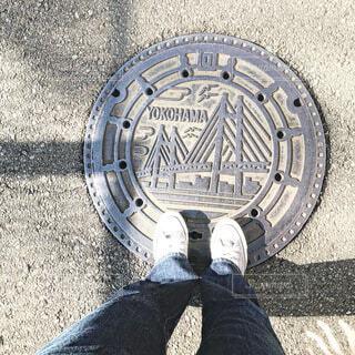 スニーカーと横浜マンホールの写真・画像素材[4194745]