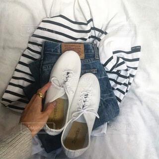 ファッション,靴,屋内,サンダル,ジーンズ,人物,人,コーディネート,古着,デニム,ライフスタイル,シューズ,ボーダーシャツ,図面,春ファッション,バスクシャツ,シンプルコーデ,シンプルファッション,ウォーキングシューズ,フレンチカジュアル,新しい靴