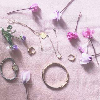 春のお花とアクセサリーの写真・画像素材[4235048]