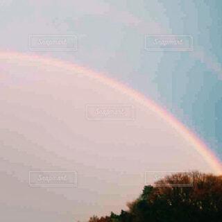 春の嵐の後の虹の写真・画像素材[4246125]